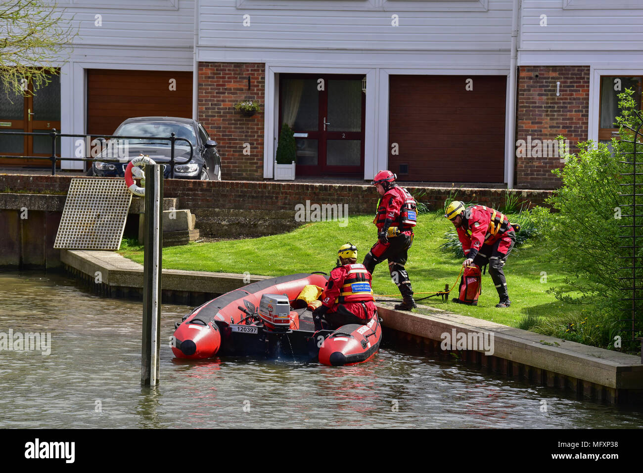 Marlow, United Kingdom. 26 April 2018. Police and Search & Rescue teams search along the River Thames for missing woman Ruth Smith Credit: Peter Manning/Alamy Live News - Stock Image