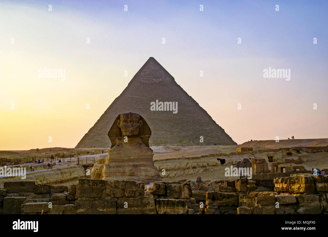 Sphinx in front of the Pyramid of Khafre (Chephren).  Egypt, Cairo, Giza - Stock Image
