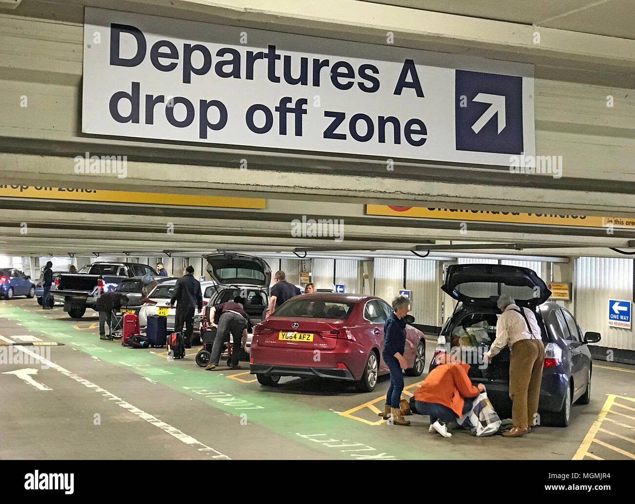 GoTonySmith,free,for,airport,flight,dropoff,drop-off,taxi,friends,tariff,Manchester International Airport,Ringway,unnecessary,costs,Dropoff Zone,Drop,off,Drop Off,Drop-off,parking,high,extortionate,tax,fly,flyers,travellers,free drop off,expensive,load,loading,unloading,20 minutes,inside,multistory,new charge,introduced,UK,England
