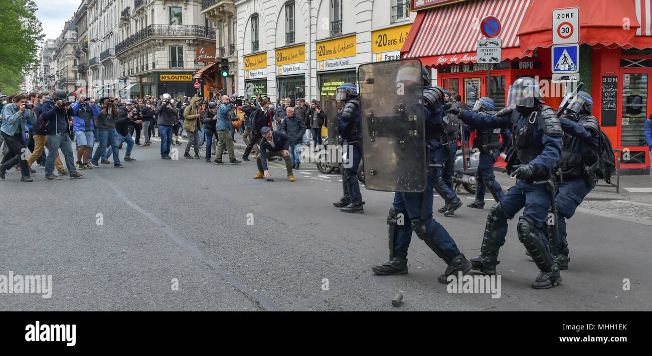 Paris, France. 1st May 2018. Paris police clash with protesters as demonstrations turn violent. PICTURED: Police are forced to retreat away from protesters. Credit: Peter Manning/Alamy Live News - Stock Image