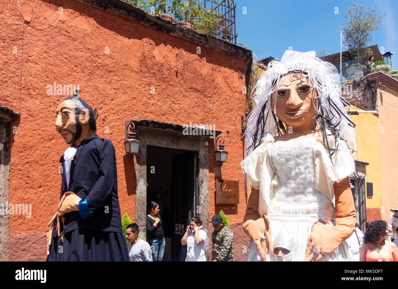 In San Miguel de Allende, a parade with two mojiangas, giant puppets - Stock Image