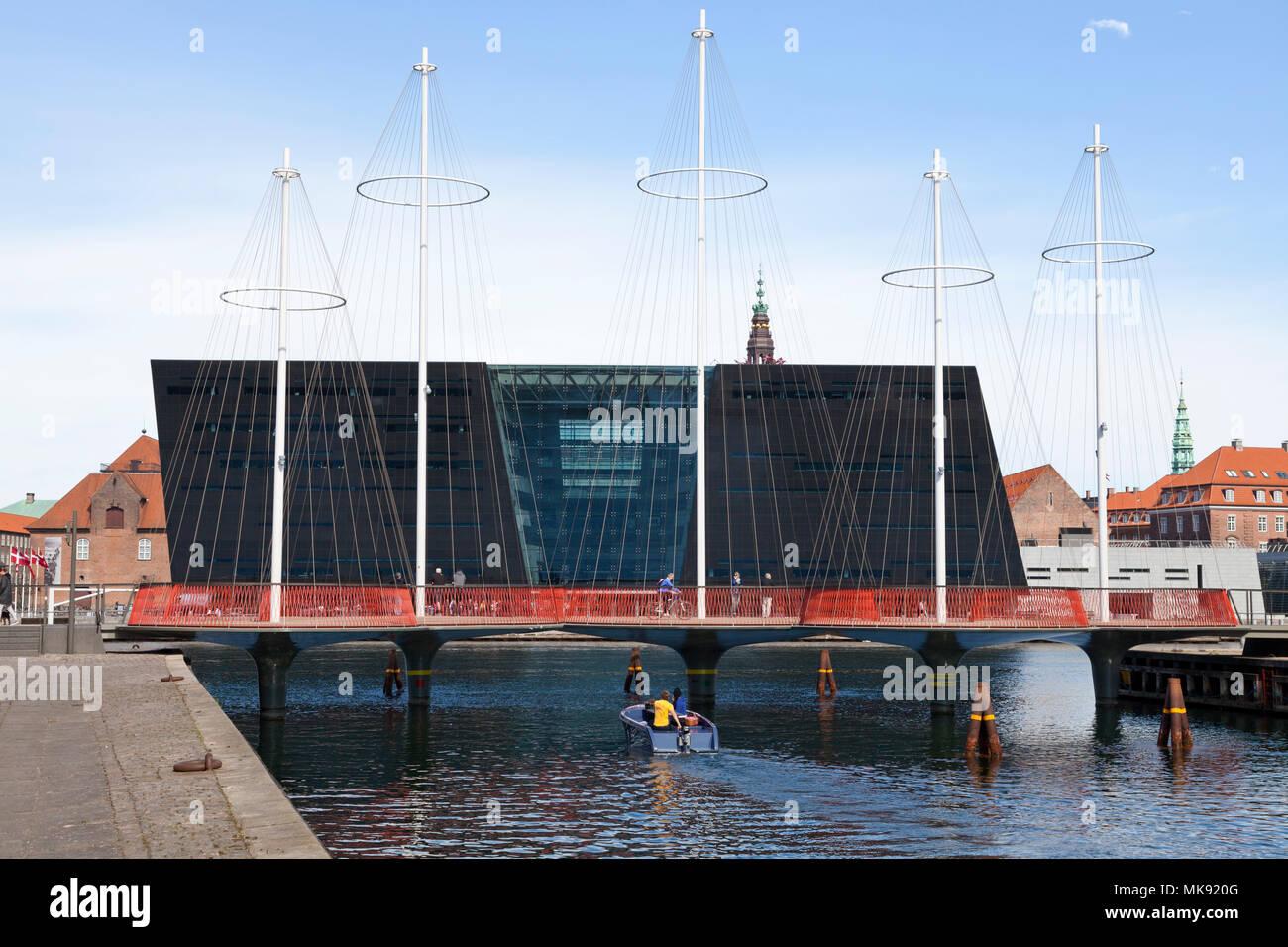The Circle Bridge, Cirkelbroen, spanning Christianshavn Canal - the Black Diamond, the Royal Library, in the inner harbour of Copenhagen - Stock Image