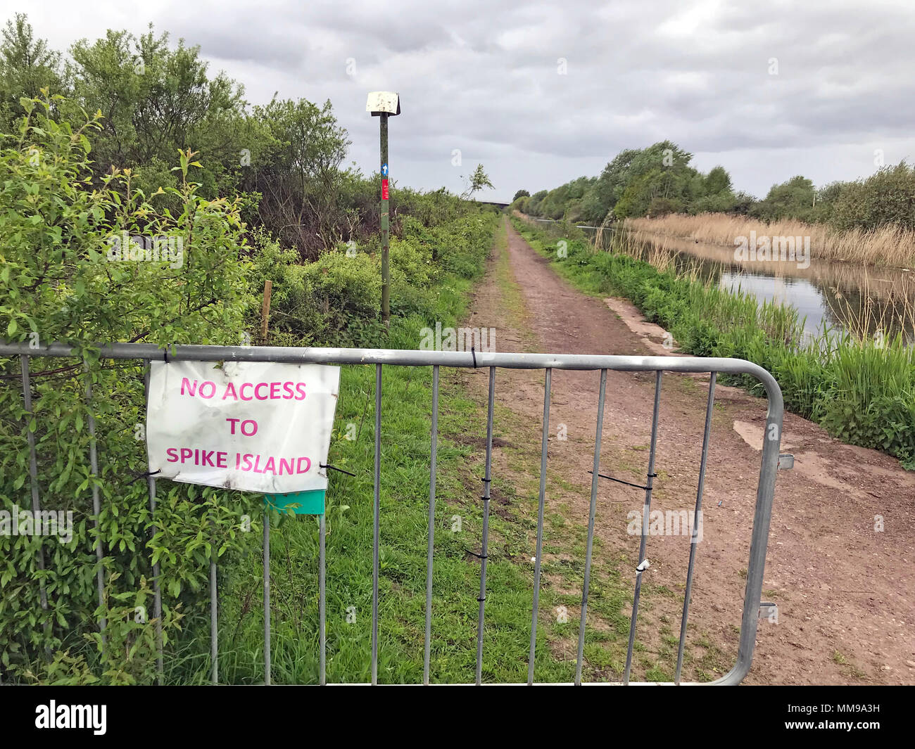 GoTonysmith,@HotpixUK,Trail,at,new,Mersey,crossing,Toll,Toll Crossing,path,pathway,cycle way,cycle,way,Runcorn,closed,broken,trail,track,Spike Island,disruption,barrier,close,problem,inconvenience,sign,signs,gravel,MTB,Mountain Bike,biker,cyclist,cycling,summer,spring,temporary,temporary sign,poor,bad,not good
