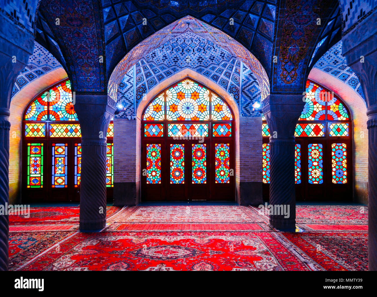nasir-al-mulk-mosque-in-shiraz-iran-also-known-as-pink-mosque-MMTY39.jpg