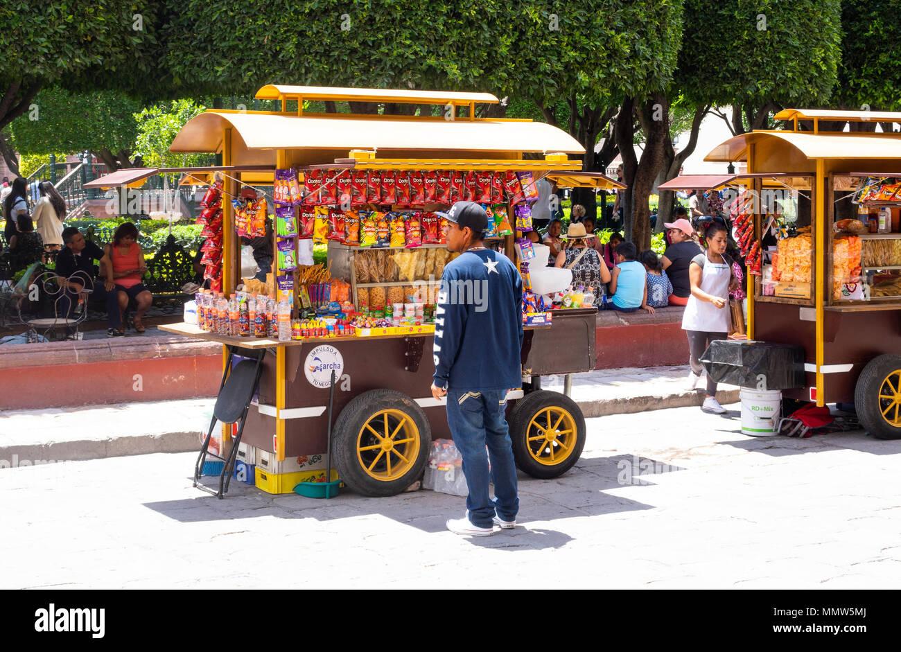 Snack stands in the Jardin Principal in San Miguel de Allende - Stock Image