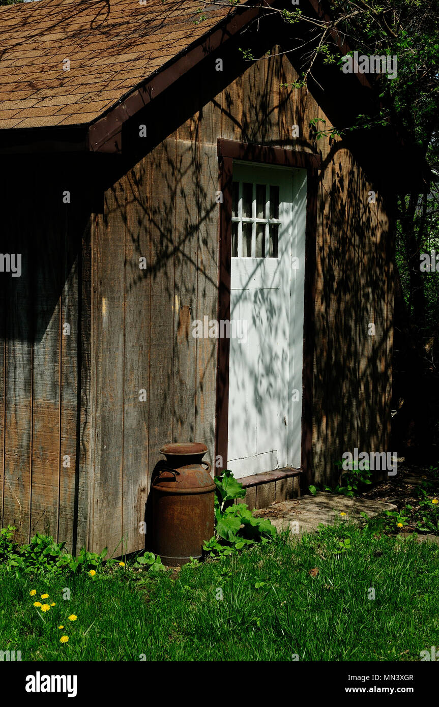 Rustic storage shed in spring backyard. & Rustic storage shed in spring backyard Stock Photo: 185098167 - Alamy
