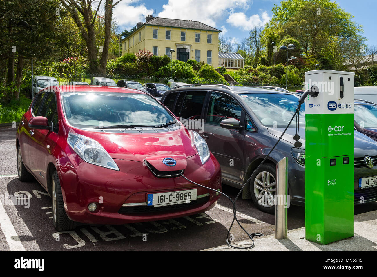 electric-car-being-charged-in-a-car-park-in-skibbereen-county-cork-ireland-MN55H5.jpg