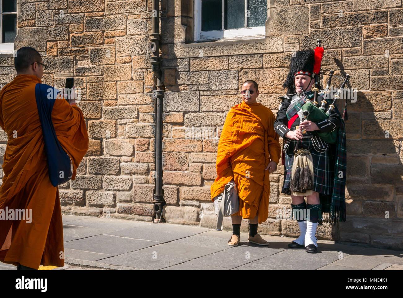 royal-mile-edinburgh-16th-may-2018-touri