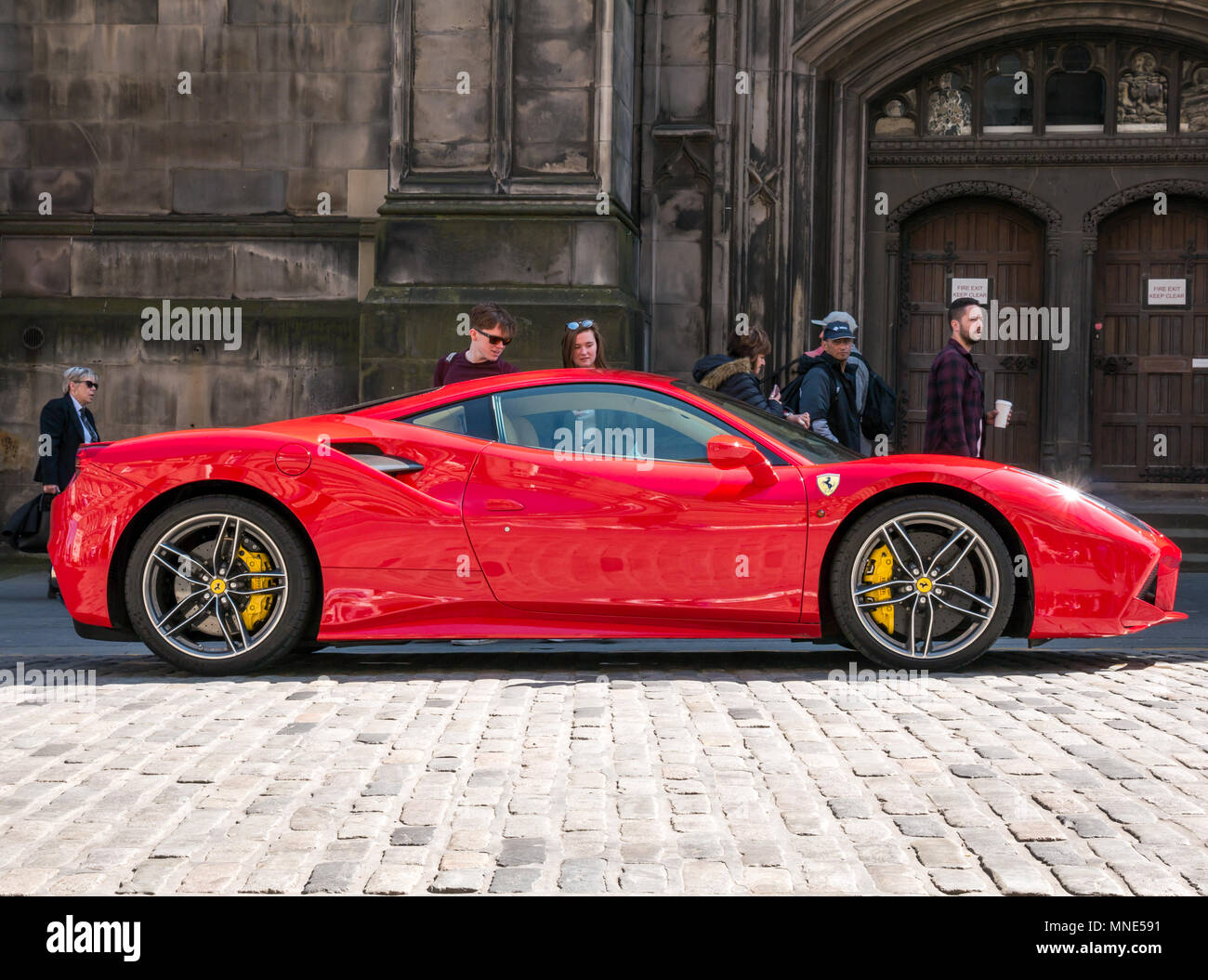 royal-mile-edinburgh-16th-may-2018-touri