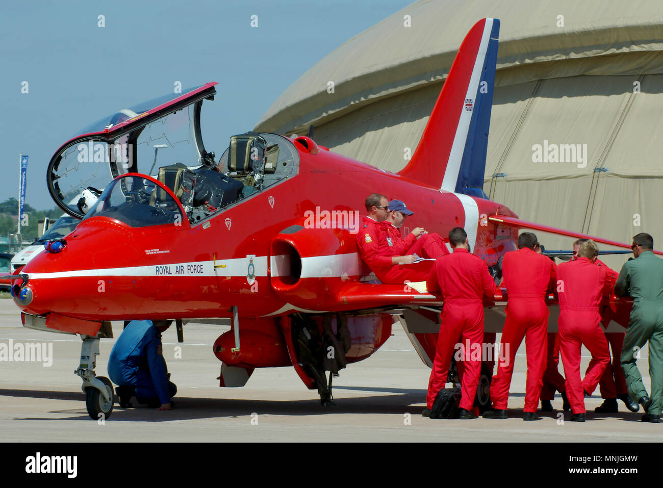 red-arrows-pilots-using-the-wing-of-a-royal-air-force-raf-red-arrows-hawk-t1-to-brief-for-a-display-at-an-airshow-engineers-cockpit-canopy-open-MNJGMW.jpg
