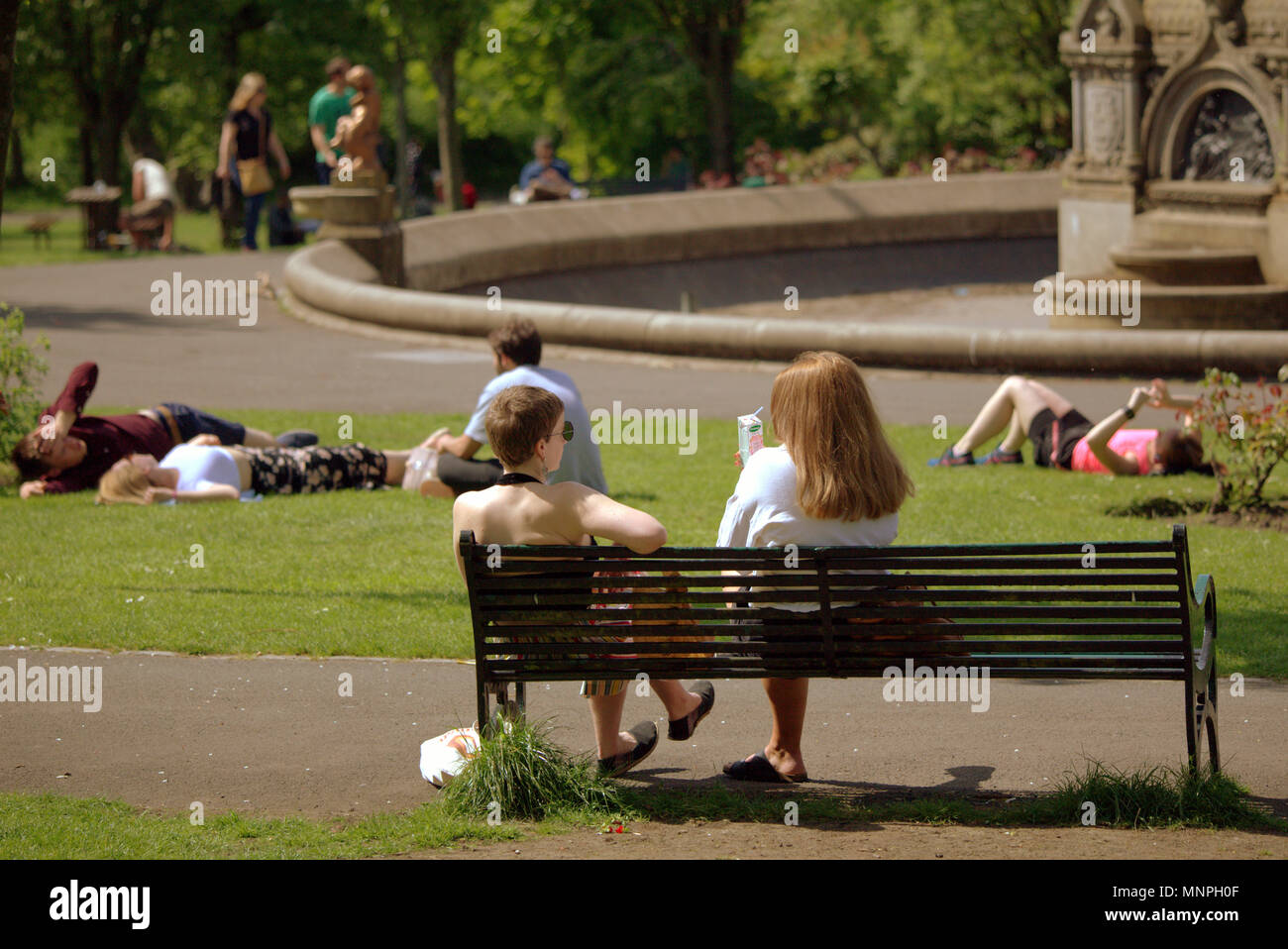 Glasgow, Scotland, UK 19th May.UK Weather: Sunny weather over the city brought the locals and tourists into the streets for taps aff weather.  As the royal wedding was ignored by early revelers who hit the sun in Kelvingrove Park. Gerard Ferry/Alamy news Stock Photo