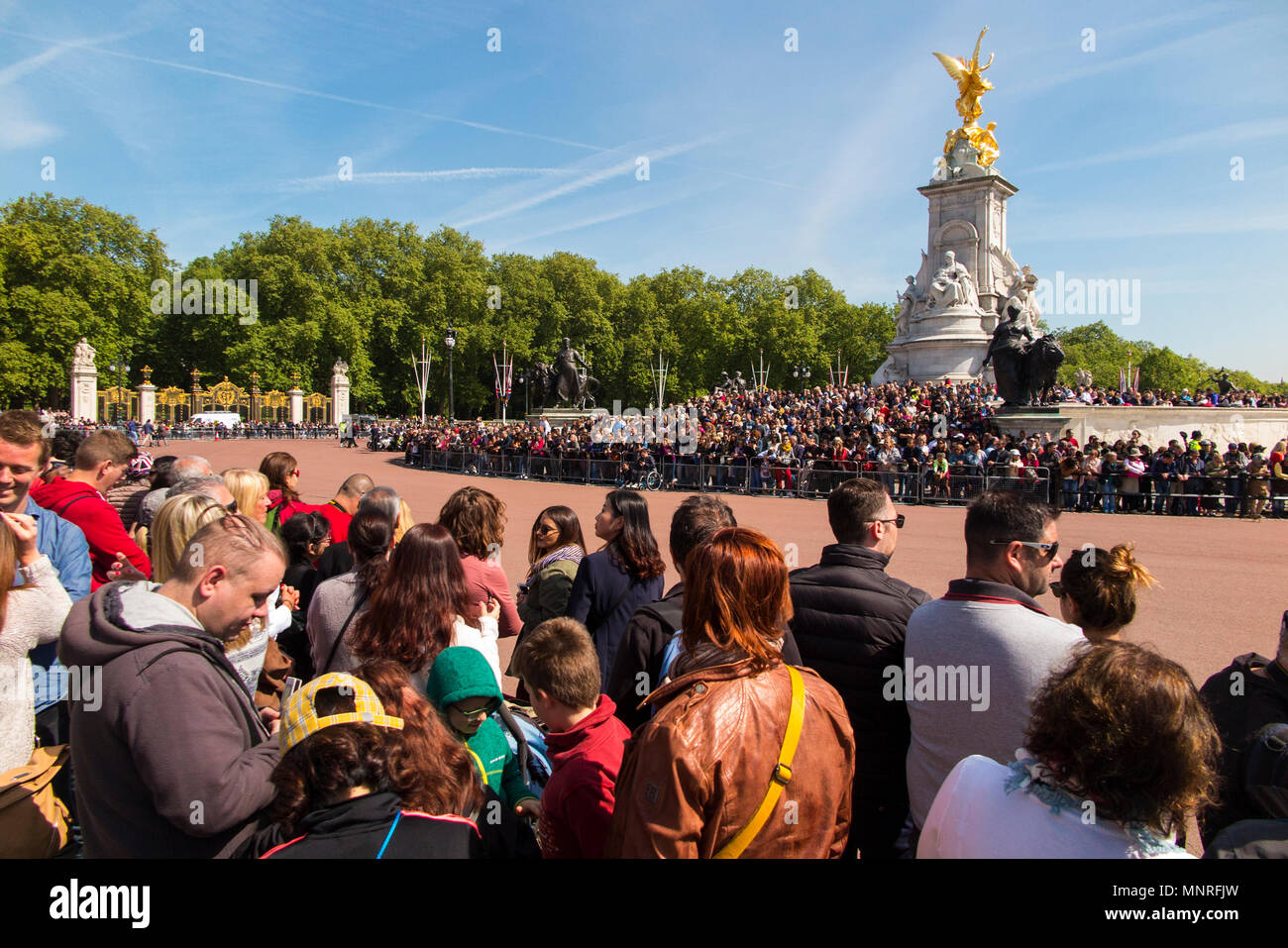 Crowds await the Changing of the Colour at Buckingham Palace, London - Stock Image