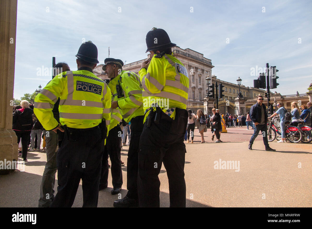 Police arresting a pickpocket at the changing of the guard at Buckingham Palace in London - Stock Image