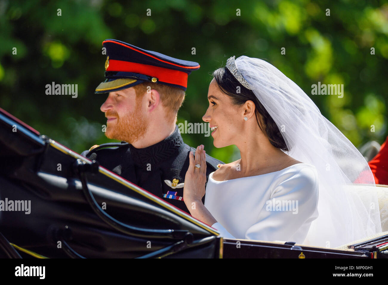 meghan-markle-and-prince-harry-carriage-procession-after-the-royal-wedding-at-windsor-on-the-long-walk-duke-and-duchess-of-sussex-wedding-dress-MP0GH1.jpg