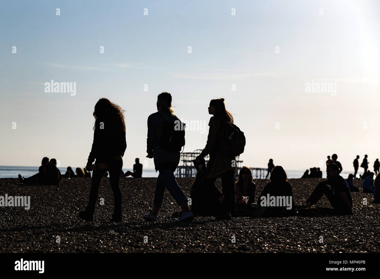 silhouette-figures-on-brighton-seafront-