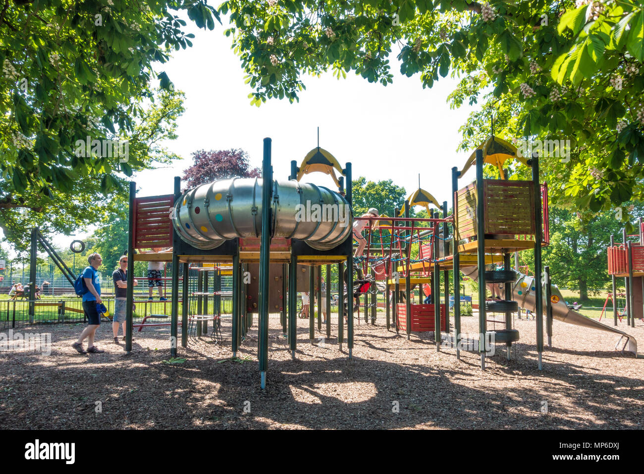 children-play-outside-on-climbing-frames-in-prospect-park-in-reading-berkshire-uk-MP6DXJ.jpg