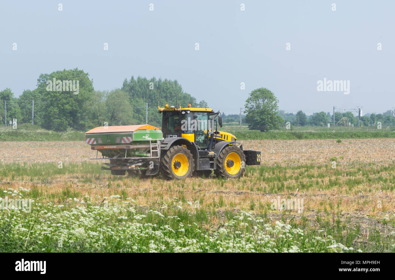 agricultural-vehicle-spreading-powder-on-fallow-land-MPH9EH.jpg