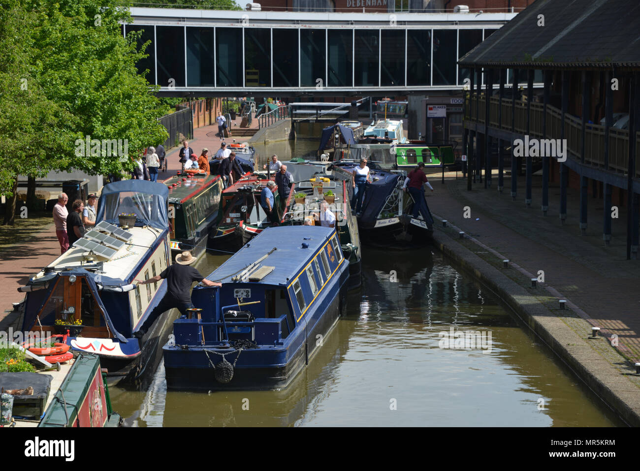 a-traffic-jam-of-narrowboats-on-the-oxford-canal-outside-castle-quay-shopping-centre-banbury-oxfordshire-efforts-being-made-to-separate-the-boats-f-MR5KRM.jpg