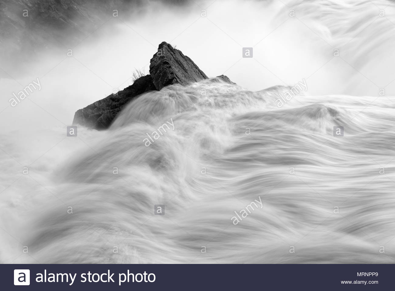 powerful-spring-meltwater-flow-in-the-chutes-de-la-chaudiere-at-charny-near-quebec-city-MRNPP9.jpg