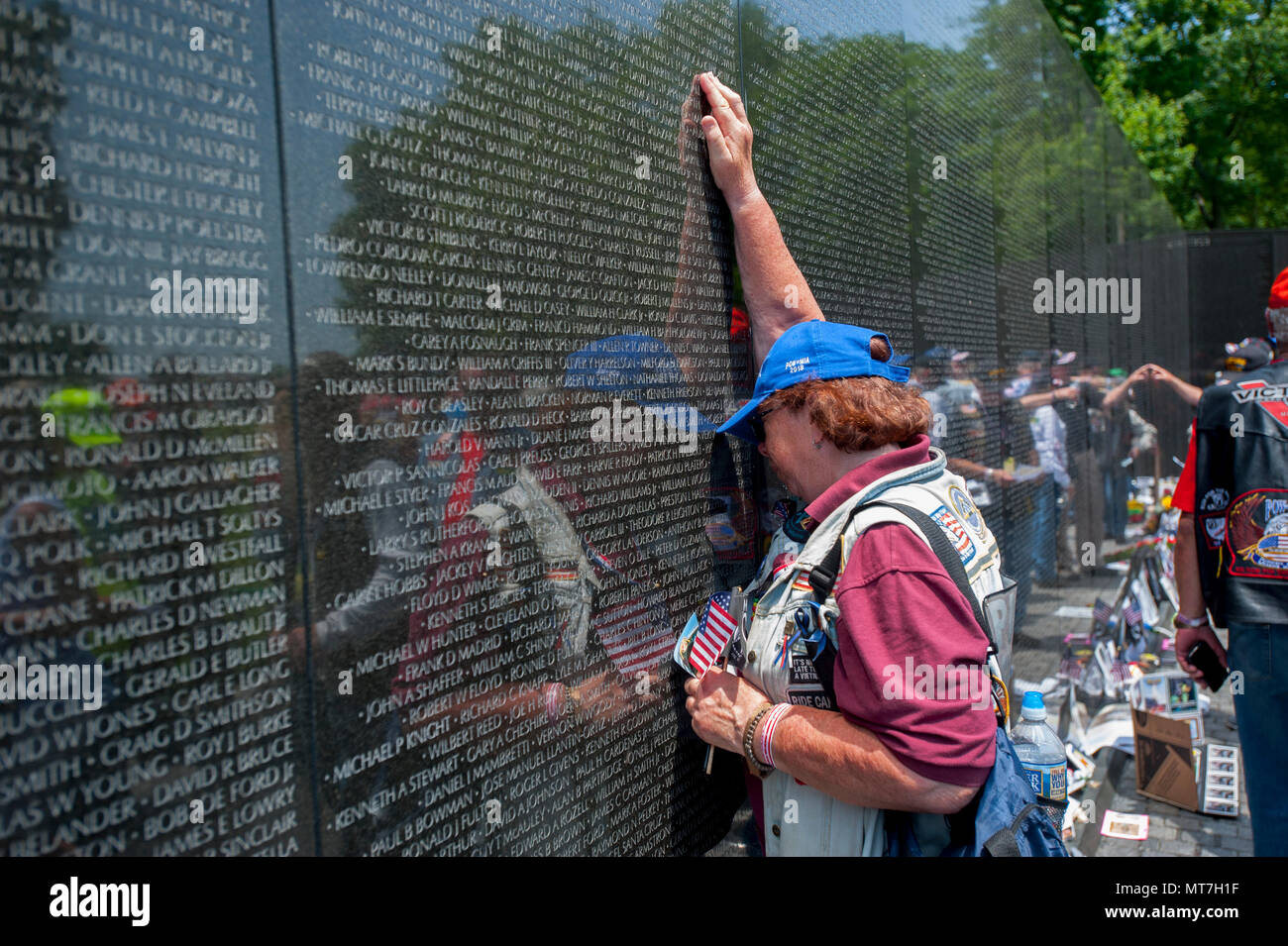 usa-washington-dc-vietnam-war-memorial-wall-people-come-to-grieve-and-remember-loved-ones-and-bring-items-to-honor-them-MT7H1F.jpg