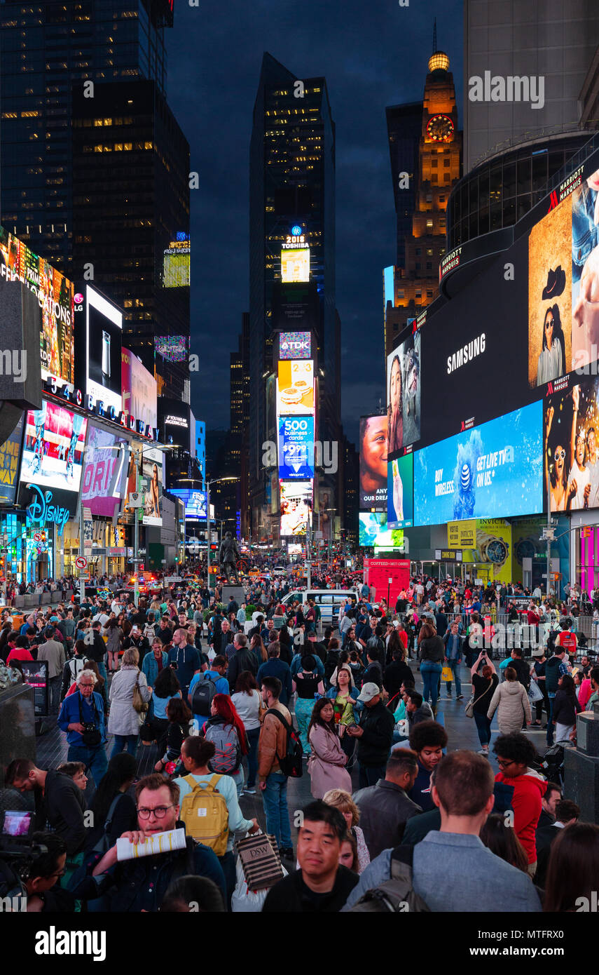 times-square-new-york-at-night-with-crowds-of-people-and-colorful-neon-signs-broadway-times-square-midtown-new-york-city-usa-MTFRX0.jpg