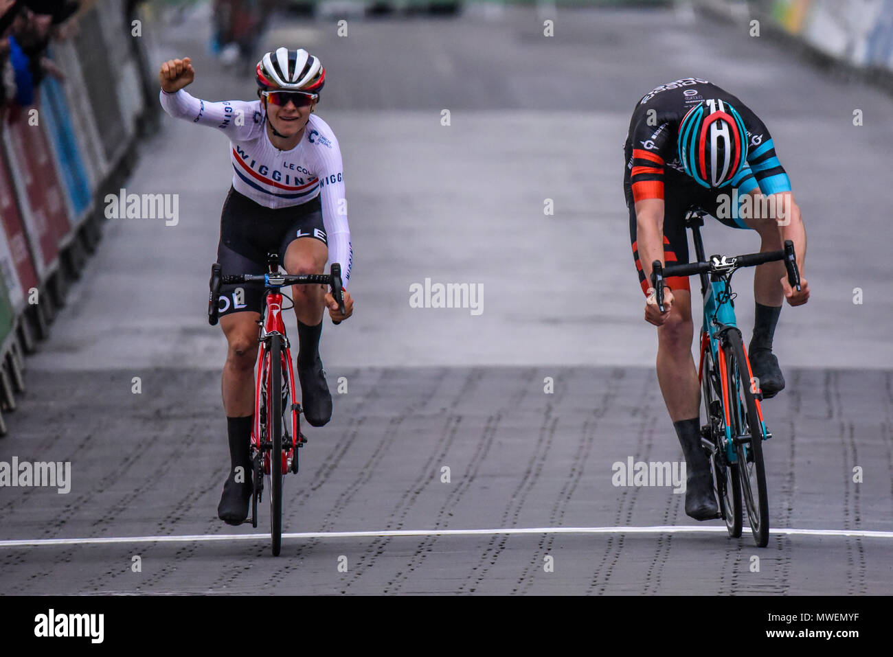 tom-pidcock-wiggins-beats-connor-swift-on-the-line-in-elite-mens-2018-ovo-energy-tour-series-cycle-race-at-wembley-london-uk-round-7-bike-race-MWEMYF.jpg