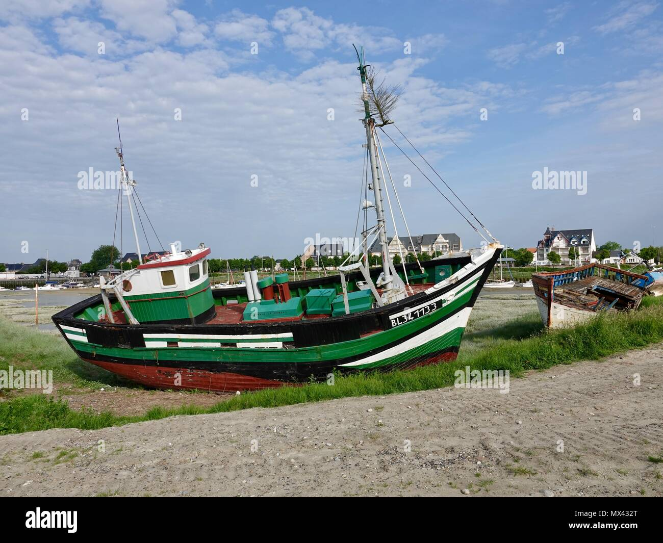 boat-on-shore-le-crotoy-france-MX432T.jp