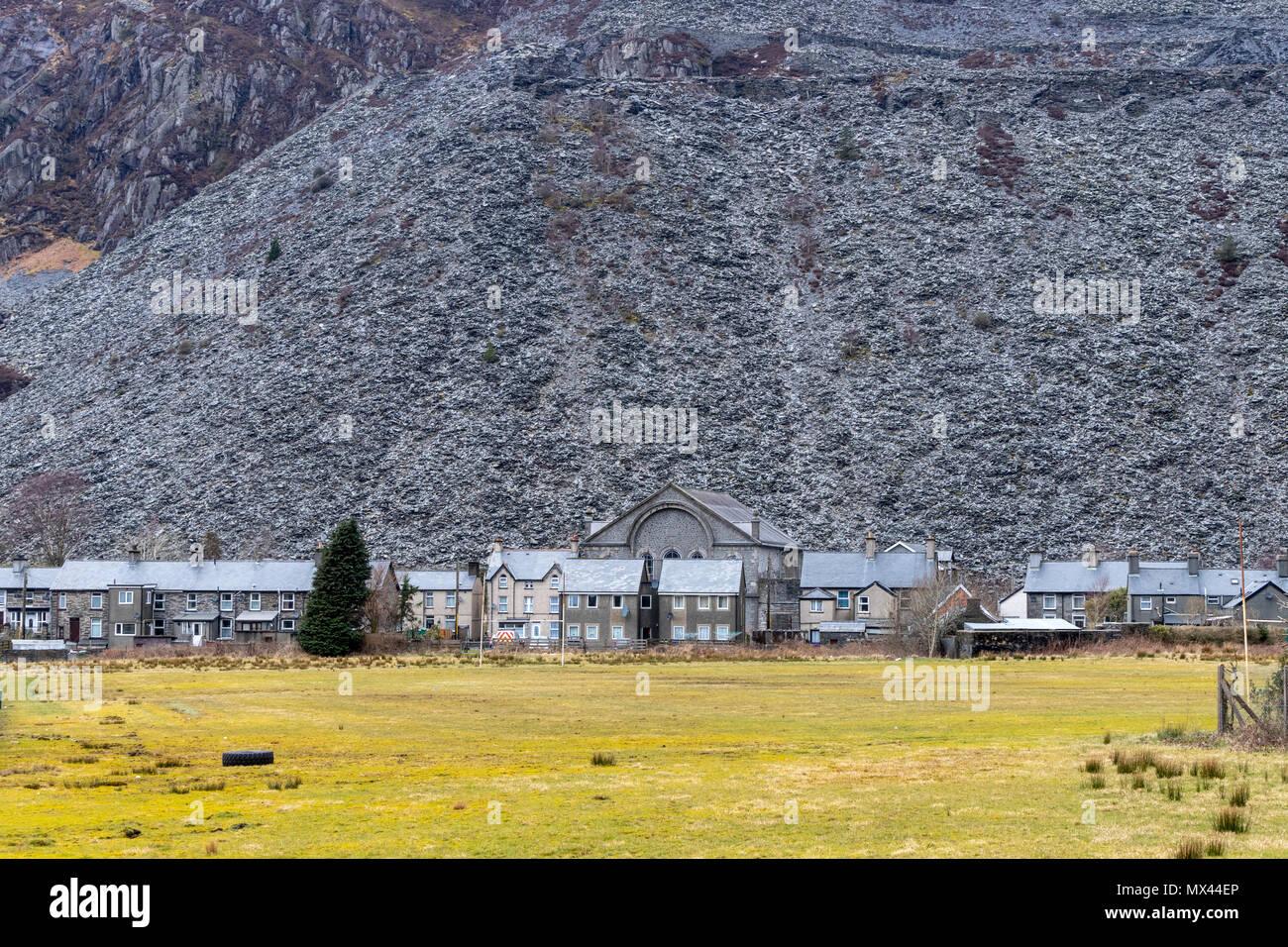 Slate waste mountain and miner houses along the Glanypwll Rd in  Blaenau Ffestiniog LL41 3HU Stock Photo