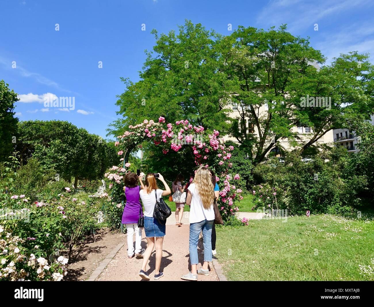 visitors-admiring-the-rose-garden-jardin