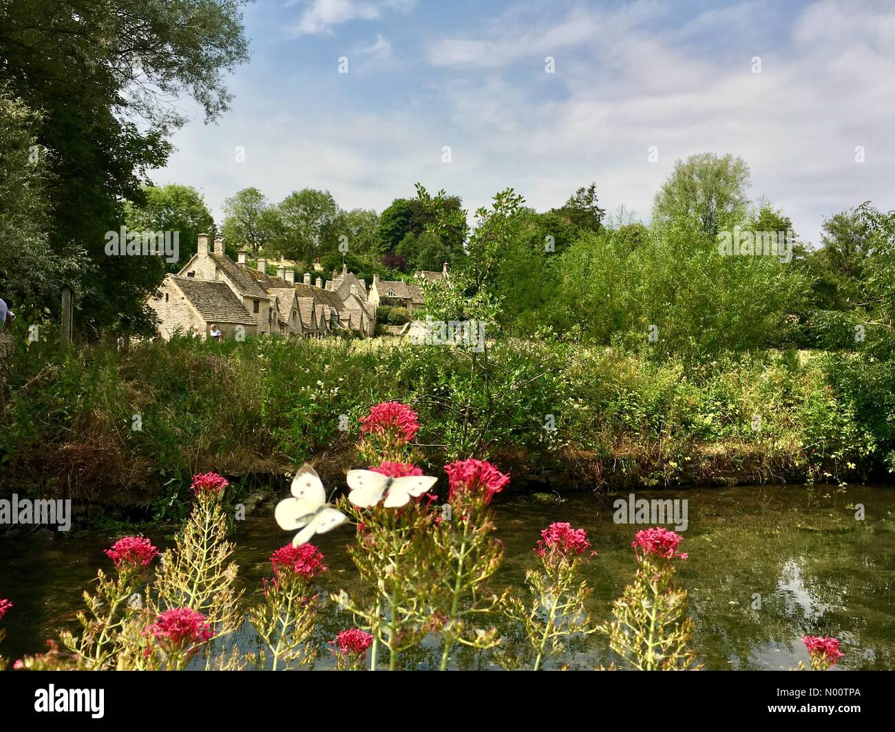 uk-weather-warm-day-in-the-cotswolds-20-