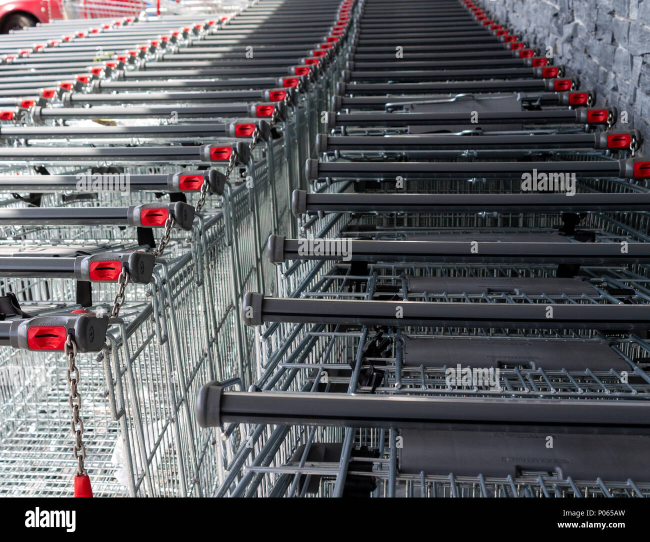 shopping-trolleys-coin-operated-stacked-outside-a-supermarket-or-food-retail-outlet-P065AW.jpg