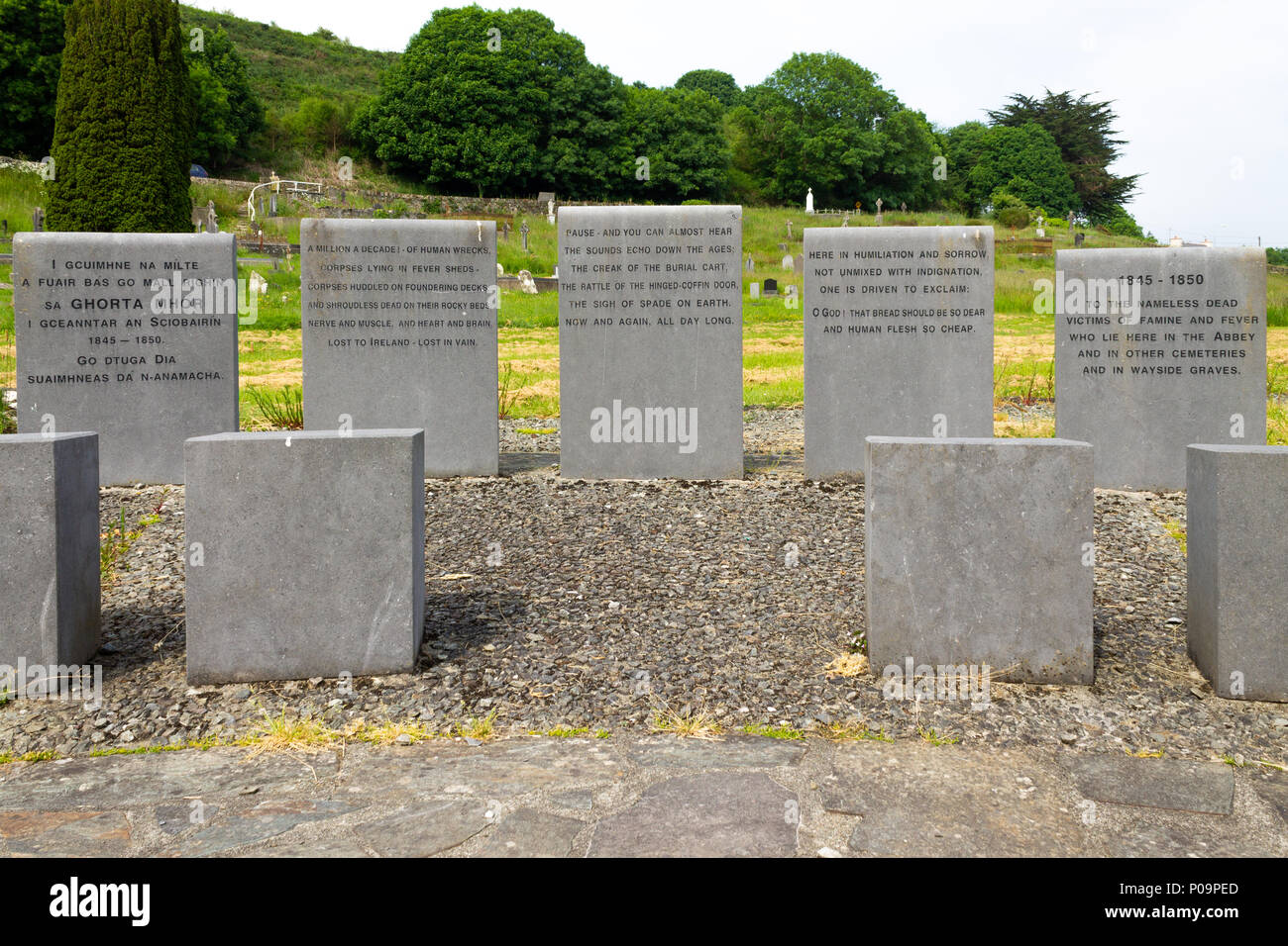irish-famine-burial-site-with-commemorative-plaques-at-abbeystrewry-cemetery-skibbereen-ireland-P09PED.jpg