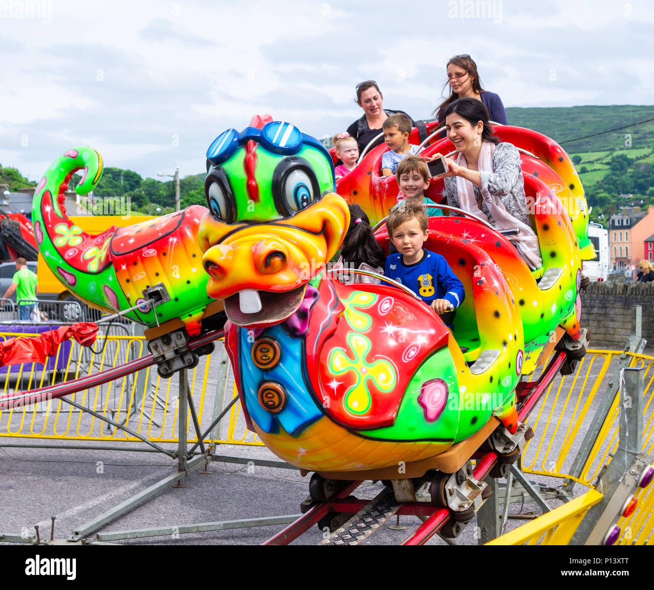family-enjoying-a-fun-day-out-on-the-fairground-rides-at-the-funfair-in-bantry-ireland-P13XTT.jpg