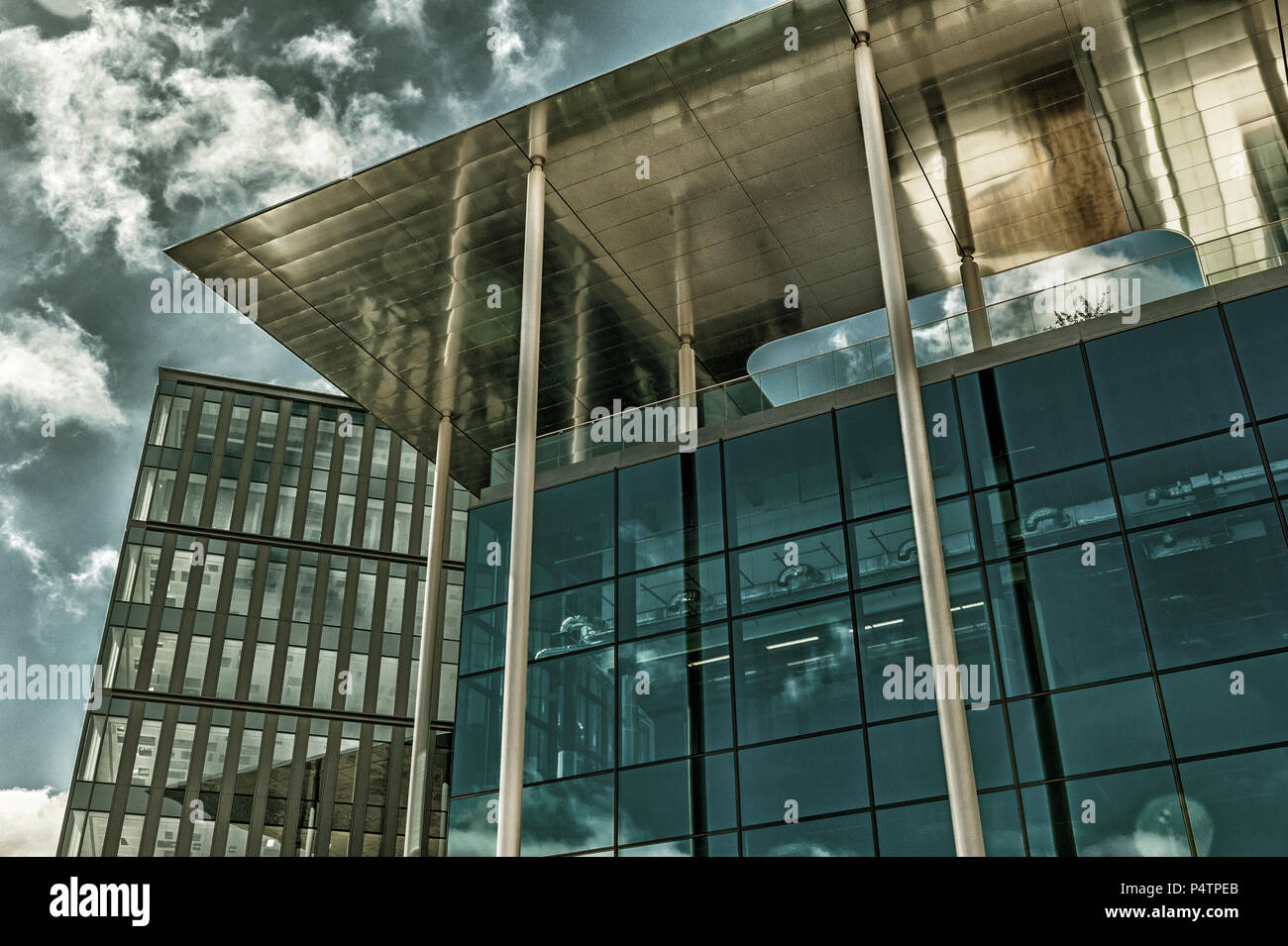 bbc-hq-cardiff-south-wales-P4TPEB.jpg