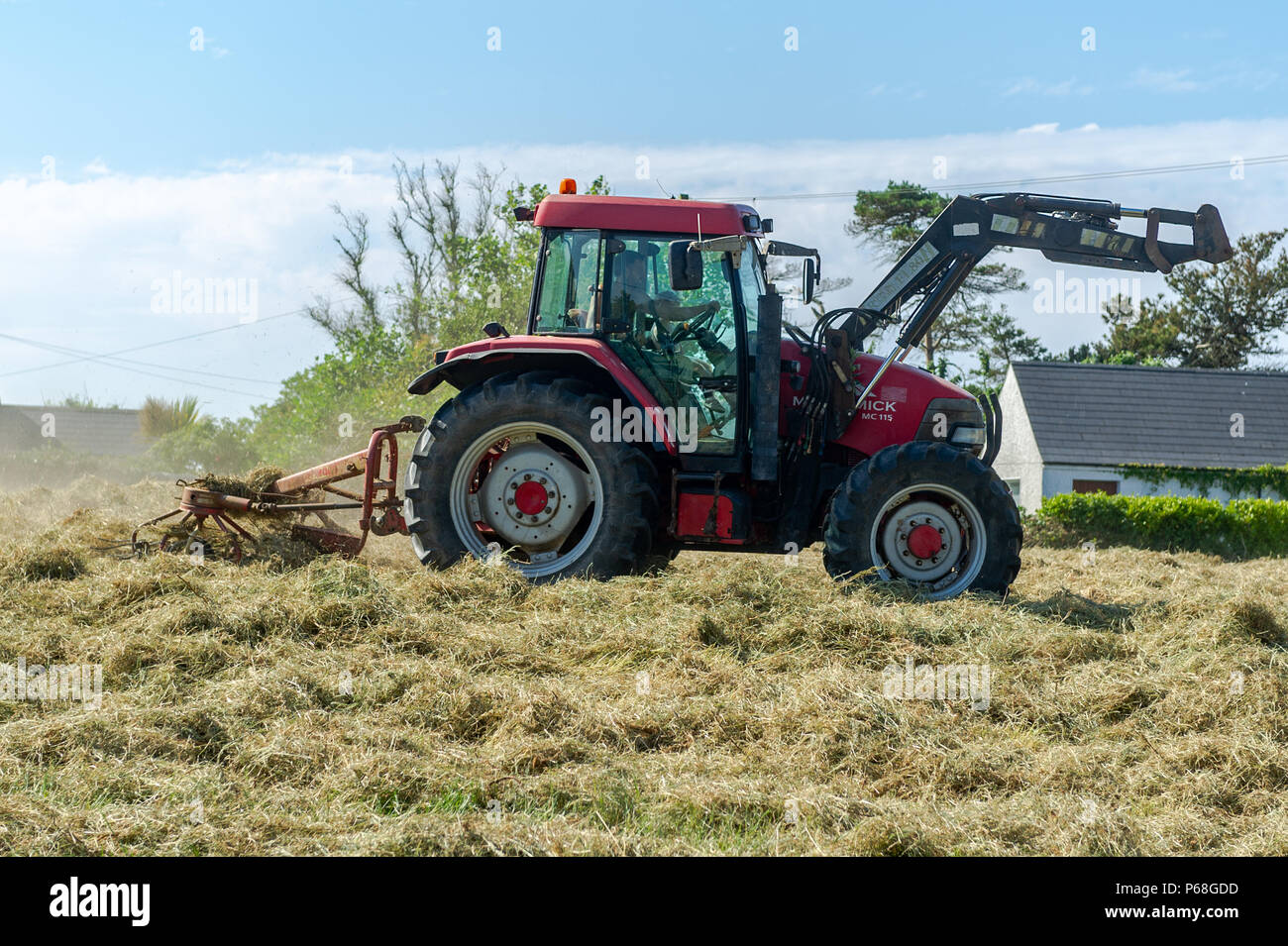 schull-west-cork-ireland-29th-june-2018-a-farmer-works-on-silage-in-his-field-making-the-most-of-the-dry-weather-whilst-it-lasts-temperatures-will-remain-in-the-mid-20s-celsius-for-the-rest-of-the-weekend-but-rain-is-forecast-from-monday-onwards-credit-andy-gibsonalamy-live-news-P68GDD.jpg