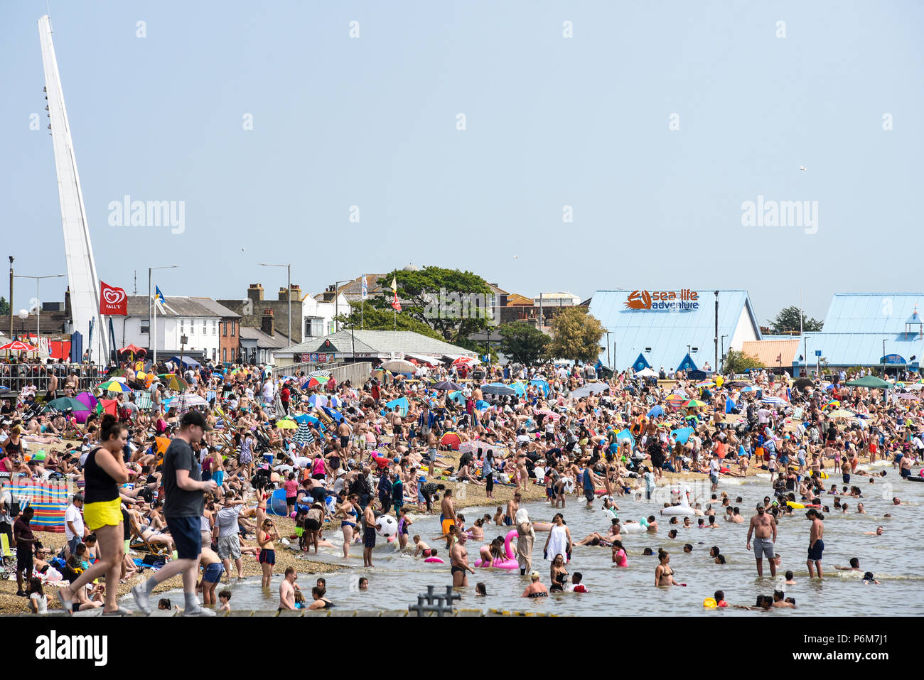 southend-on-sea-essex-uk-the-warm-spell-has-continued-in-southend-crowded-beach-P6M7J1.jpg