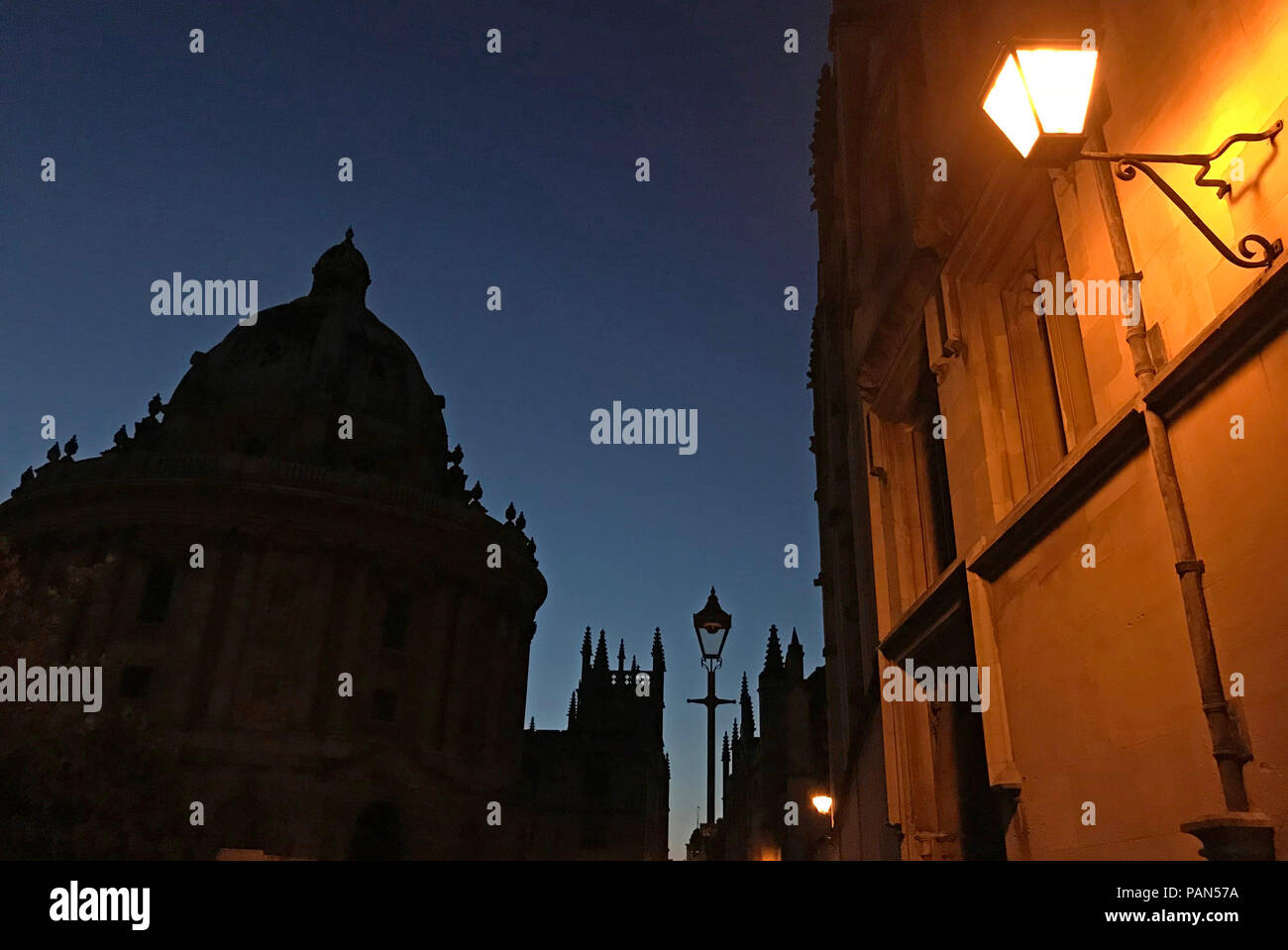 @HotpixUK,GoTonySmith,Oxford,city,city centre,Cottswold,South East England,England,UK,GB,Great Britain,classic,locations,dusk,evening,night,tourist,tourists,things to see,lighting,street,road,city centre streets,Oxfordshire streets,Oxfordshire,streets