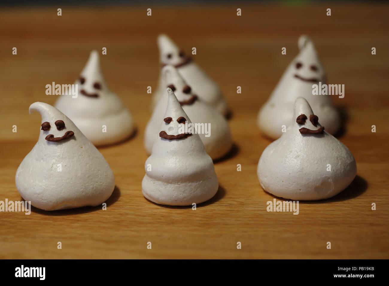 halloween-candy-merengue-ghosts-PB19KB.j