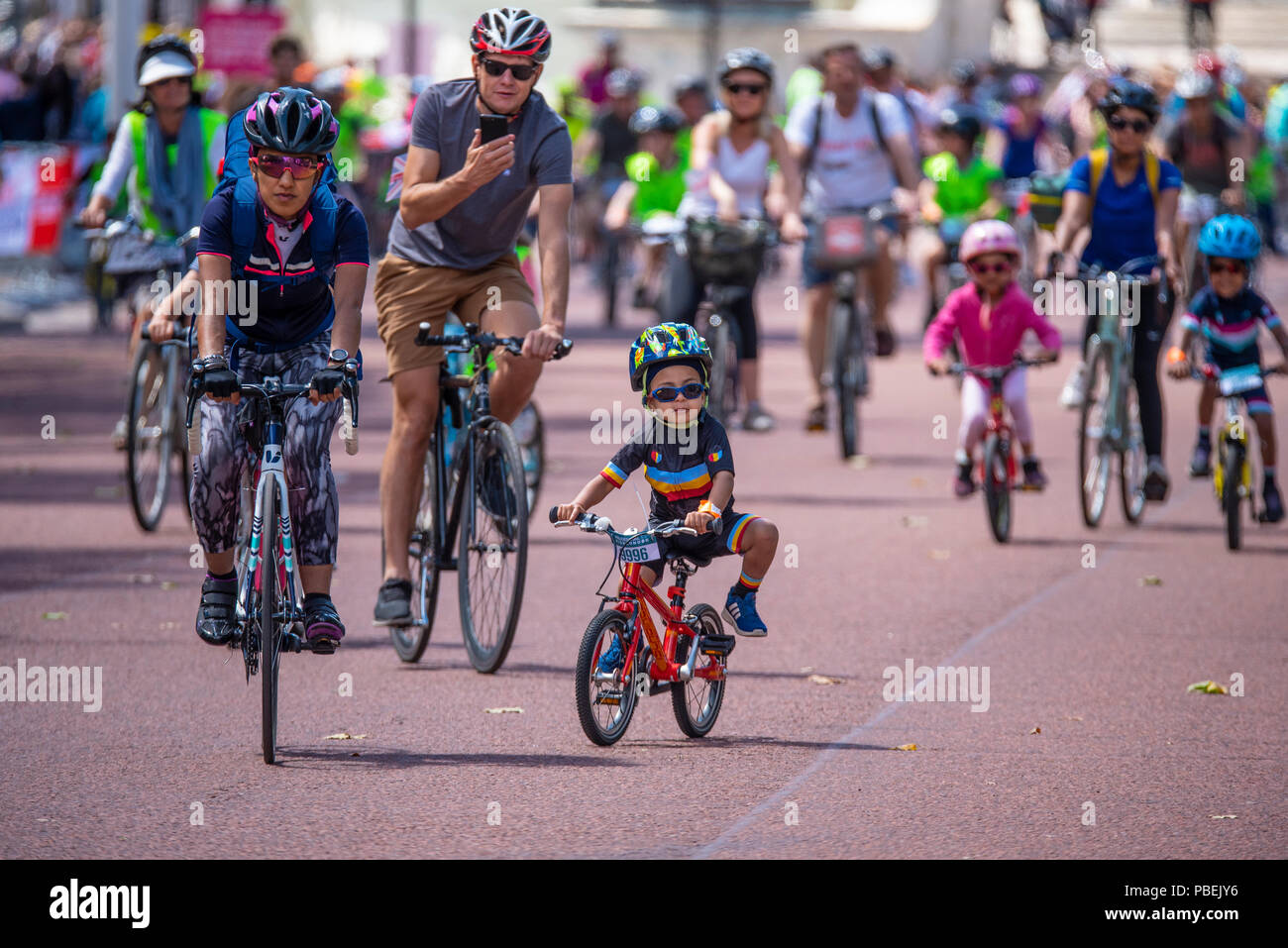 the-mall-london-uk-freecycle-part-of-prudential-ridelondon-weekend-public-riding-on-closed-roads-of-central-london-PBEJY6.jpg