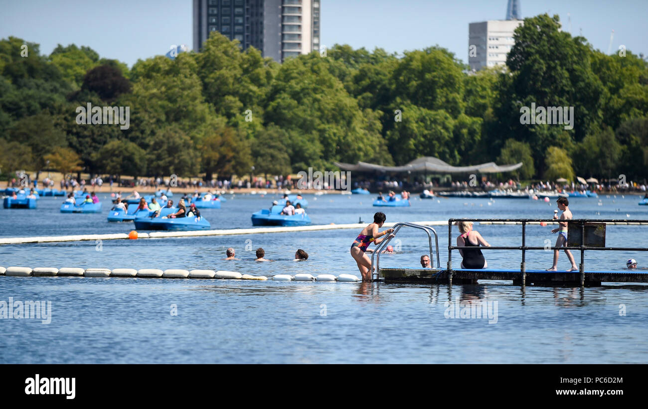 London, UK.  1 August 2018. UK Weather - People enjoy swimming in The Serpentine during warm weather in Hyde Park.  Temperatures are forecast to increase back to the 30s in time for the weekend.  Credit: Stephen Chung / Alamy Live News Stock Photo
