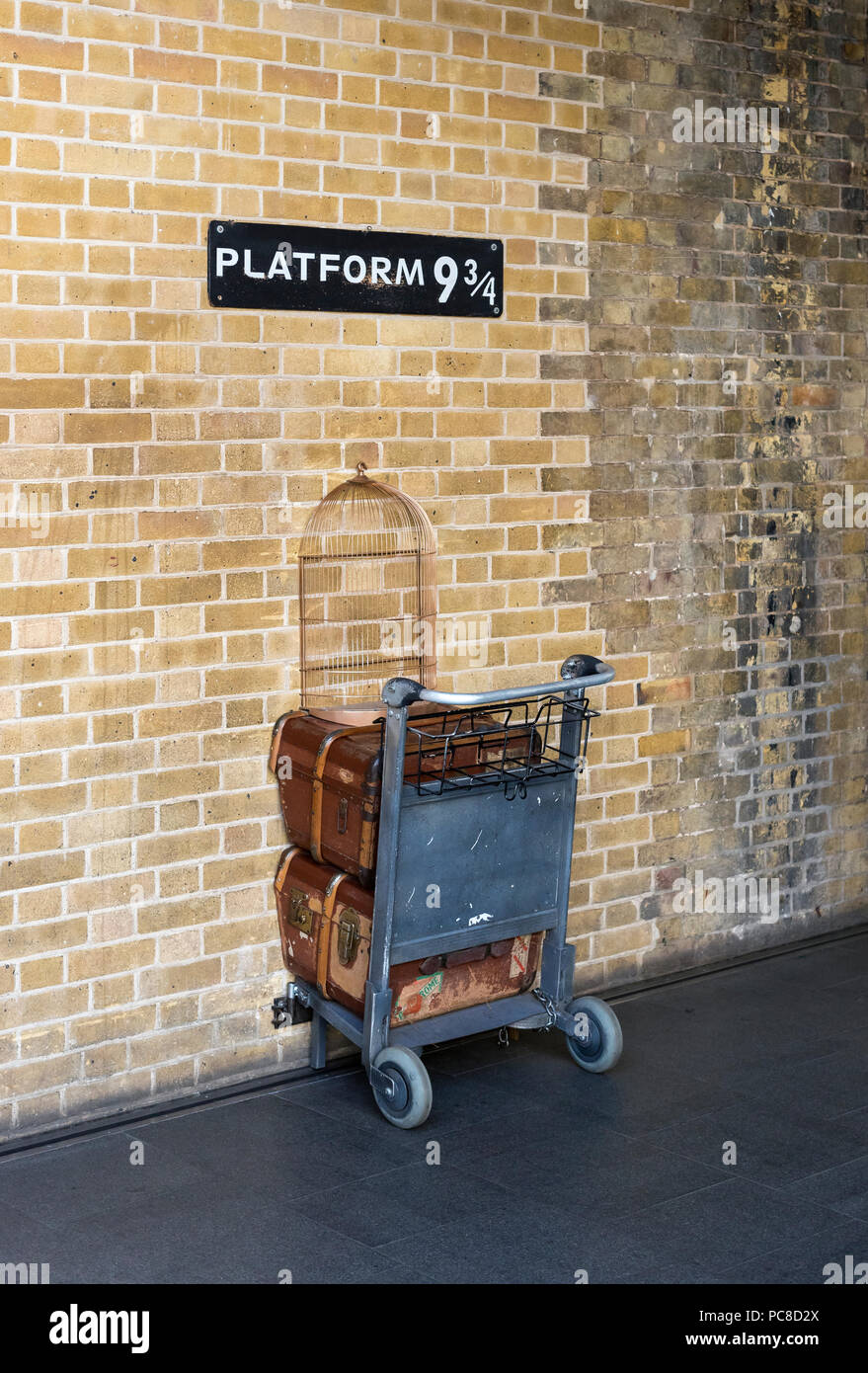 Santo Sepolcro di Gerusalemme Platform-9-at-london-kings-cross-railway-station-england-uk-PC8D2X