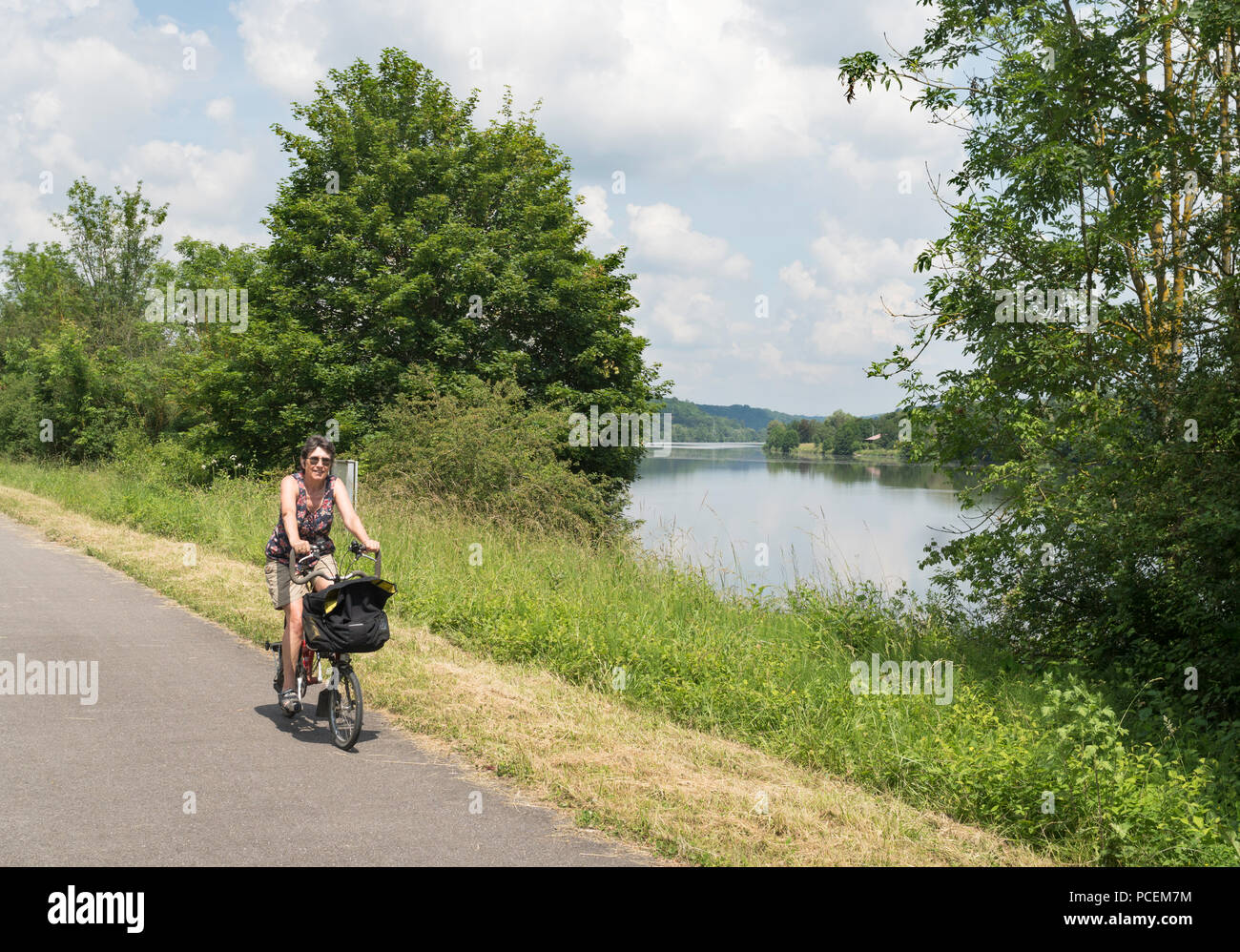 mature-woman-cyclist-on-the-la-boucle-de