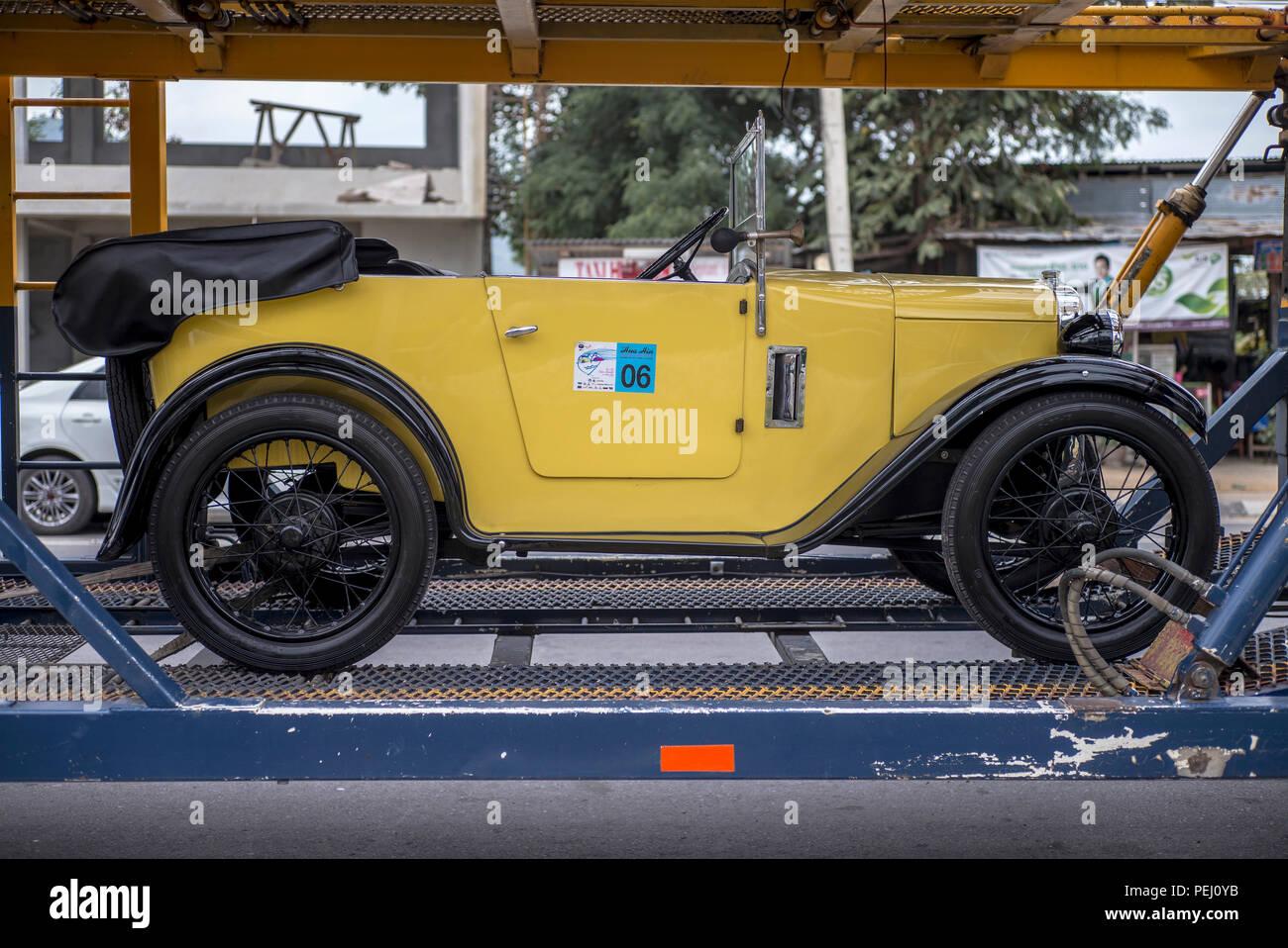 transporting-a-vintage-car-PEJ0YB.jpg