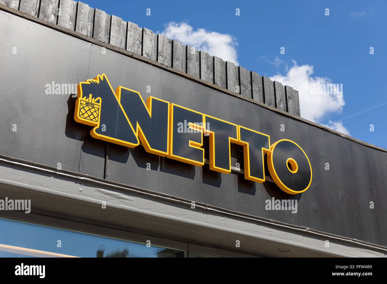 netto-danish-discount-supermarket-chain-sign-copenhagen-denmark-PFW4B9.jpg