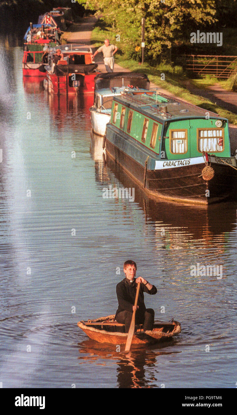 Reverend Dr. Jeni Parsons rows her Teme Coracle along the canals from Worcester to Birmingham - the venue for  the 1998 G8 summit. Reverend Parsons,Vicar of Tolladine, Worcs, had paddled her way along the canals from her parish to join the Human Chain organised by the Jubilee 2000 Coalition Stock Photo