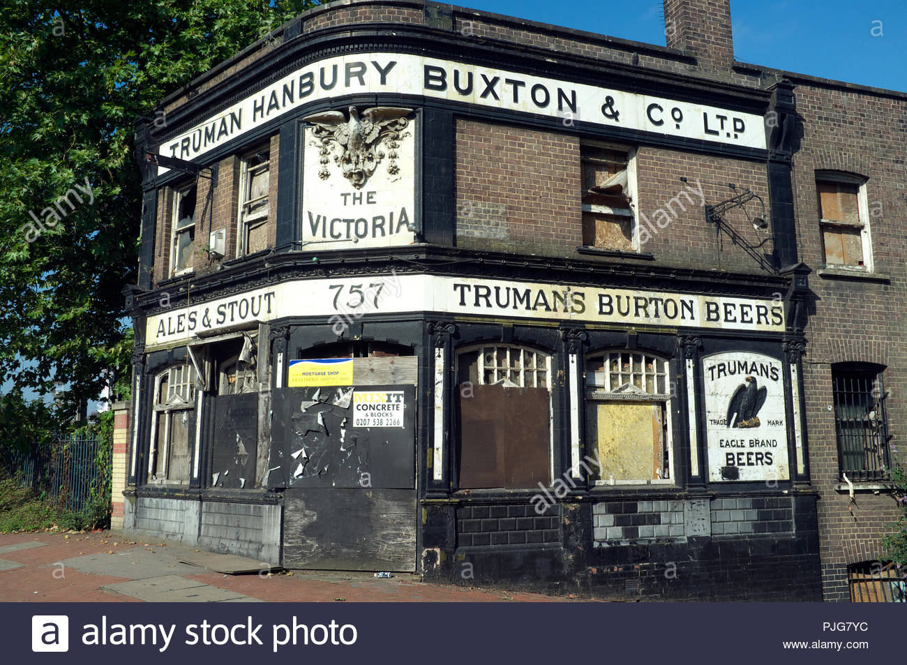 the-victoria-derelict-pub-on-woolwich-road-in-charlton-in-south-east-london-uk-PJG7YC.jpg