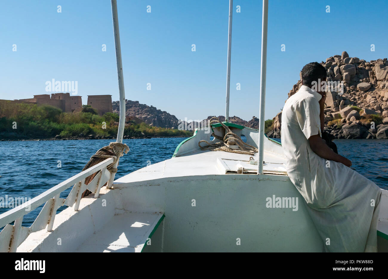 tourist-boat-with-local-egyptian-man-on-