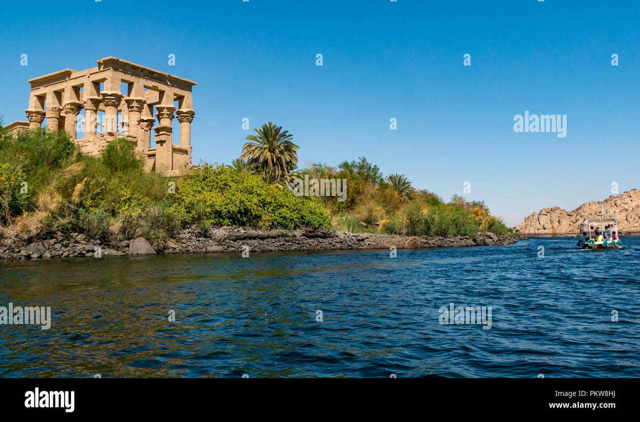 tourists-in-boat-leaving-philae-temple-w