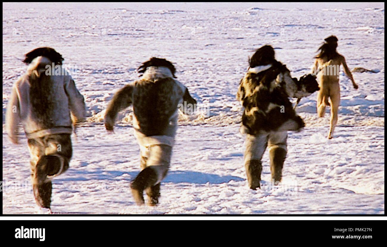 Prod DB © Igloolik Isuma Productions / DR ATANARJUAT, LA LEGENDE DE L'HOMME RAPIDE (ATANARJUAT) de Zacharias Kunuk 2001 CAN avec Natar Ungalaaq inuit, esquimaux, cercle polaire arctique, banquise, coucher de soleiln, nudite, courir, poursuite, Stock Photo