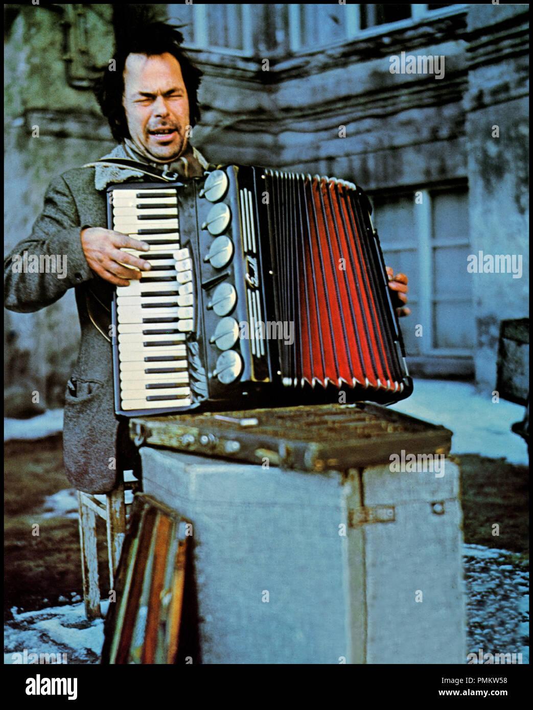 Prod DB © Skellig Edition - Werner Herzog Filmproduktion - ZDF / DR LA BALLADE DE BRUNO (STROSZEK) de Werner Herzog 1977 ALL. avec Bruno S. musicien de rue, accordeon Stock Photo